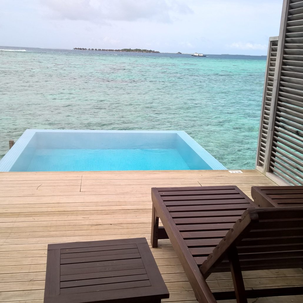 velessaru water bungalow mit pool ber der lagune reisefundgrube n rnberg. Black Bedroom Furniture Sets. Home Design Ideas